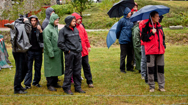 skupina v daždi