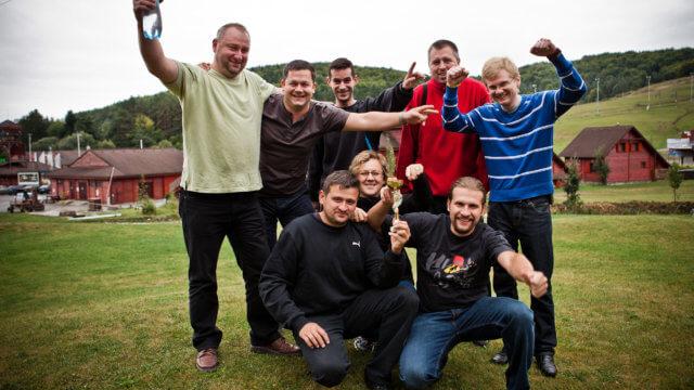 účastníci s trofejou